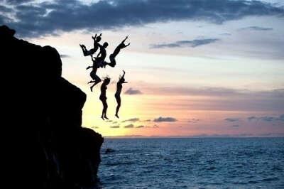 Прыгнуть в воду со скалы