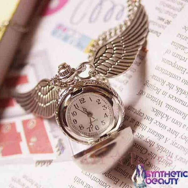 Кулон-часы с крылышками