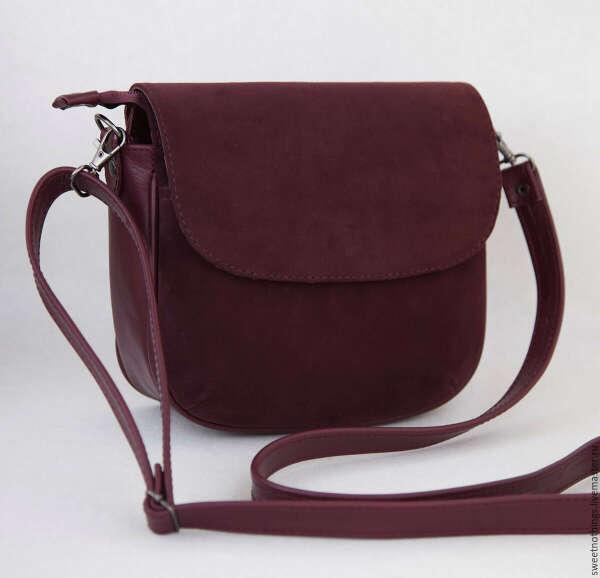 Небольшая кожаная сумка винного цвета