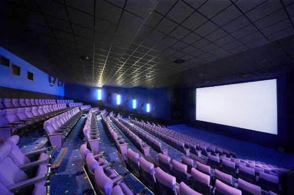Посмотреть кино в пустом кинотеатре