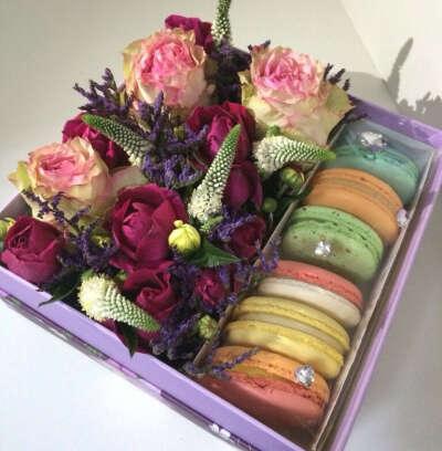 Коробка с цветами и вкусностями