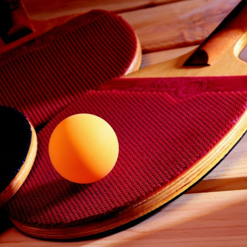 Играть в настольный теннис