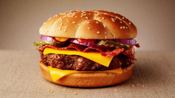 Большой и сочный бургер