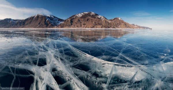 Иду по льду на озере Байкал зимой