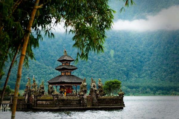 Посетиьь Храм Улун Дану на берегу озера Братан, район Бедугул, Бали