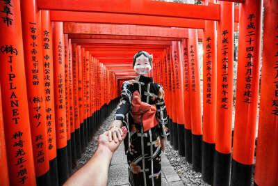 Пройти сквозь тысячи алых ворот Святилища Фусими Инари (Киото, Япония)
