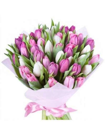 Букет из фиолетовых и белых тюльпанов