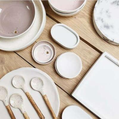 Керамическая посуда постельных тонов