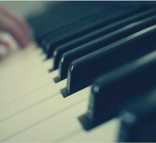 играть на фортепьяно