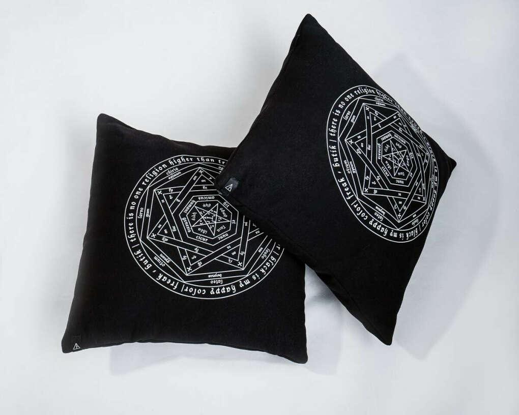 Подушка чёрная с принтом Pentagram