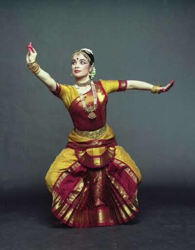 Обучаться индийскими храмовыми танцами