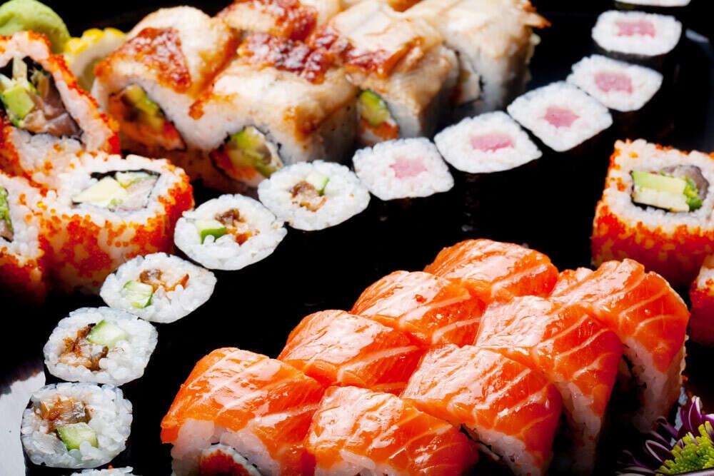 огромный сет всевозможных суши и роллов