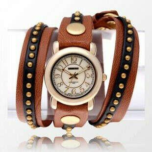 Часы на длинном ремешке с заклепками коричневые