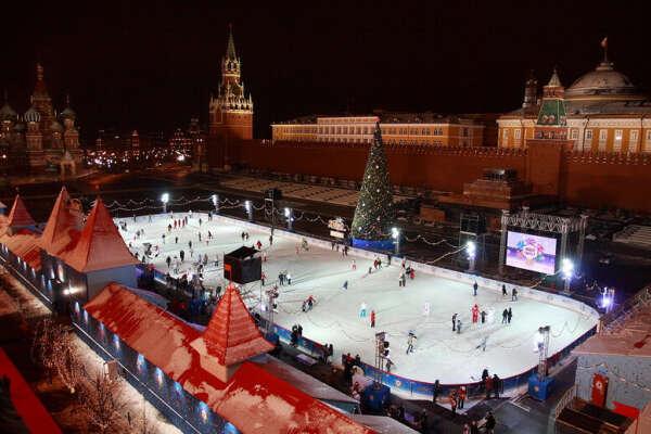 Сходить на каток на Красной площади