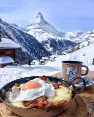 Посетить европейский горнолыжный курорт и позавтракать в горах