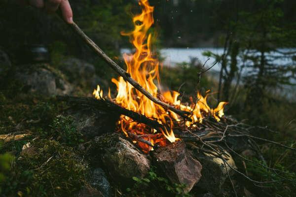 Уютный пикник у костра на природе