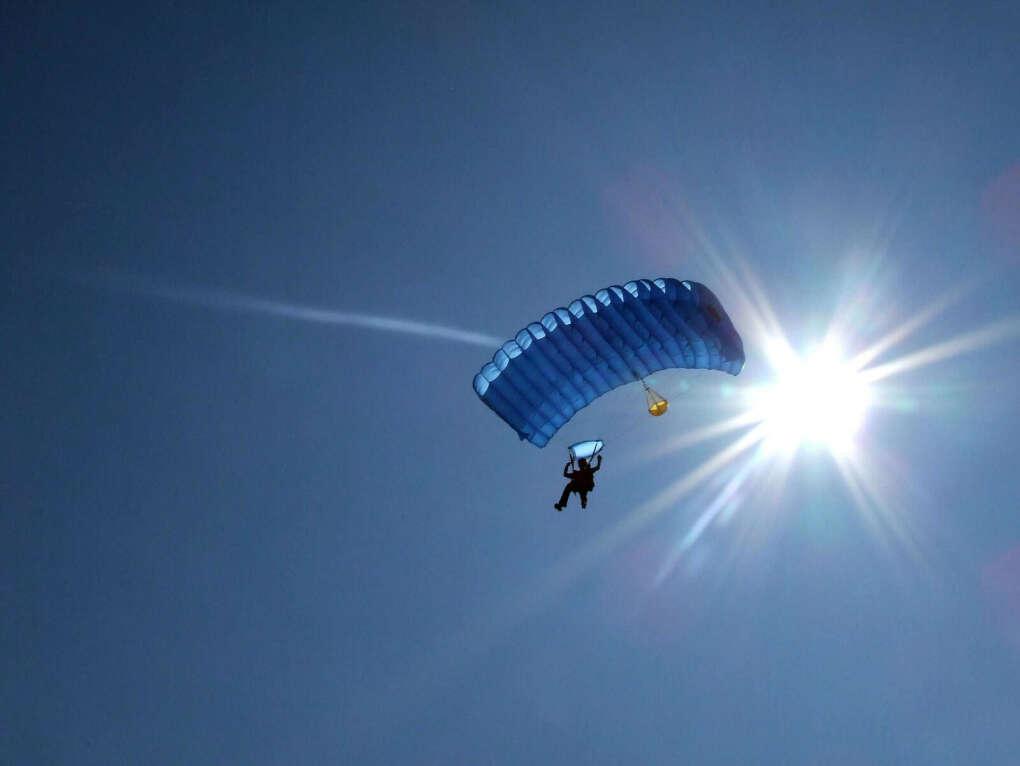 Прыгнуть с парашютом.