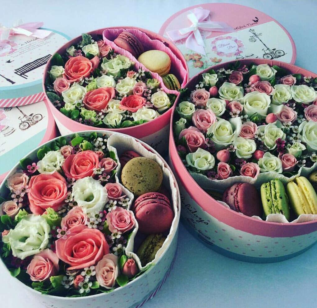 Коробочку с цветами и макарунами
