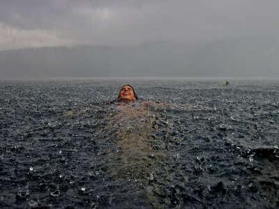плавать во время дождя!