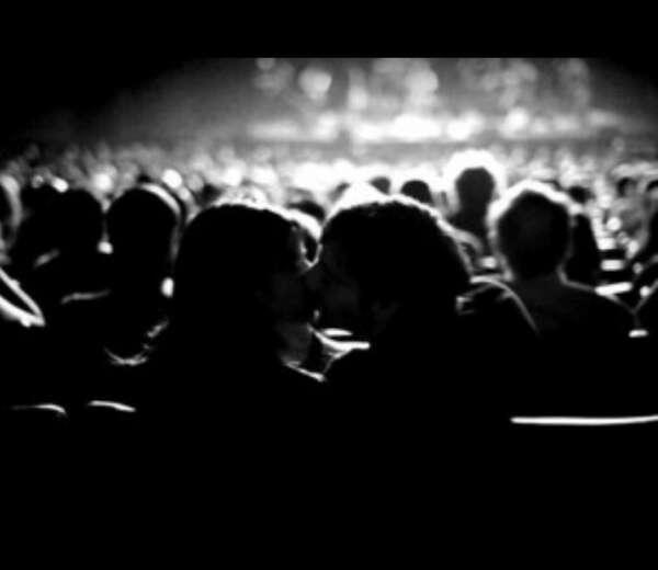Поцеловаться на последнем ряду***