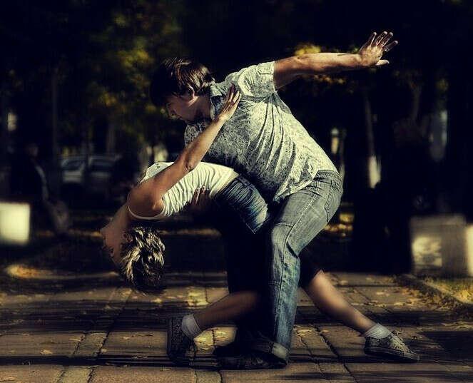 Танцевать хастл на улице летом