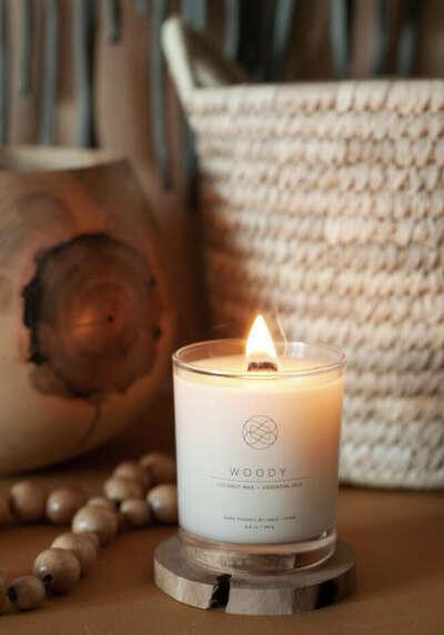 Ароматы для дома > Свеча из кокосового воска с древесным фитилем WOODY купить в интернет-магазине