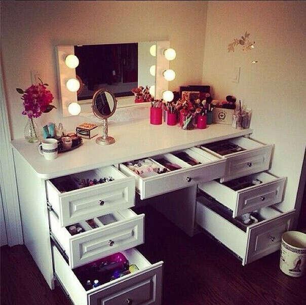 Красивый туалетный столик с большим содержанием классной косметики <3 <3 <3