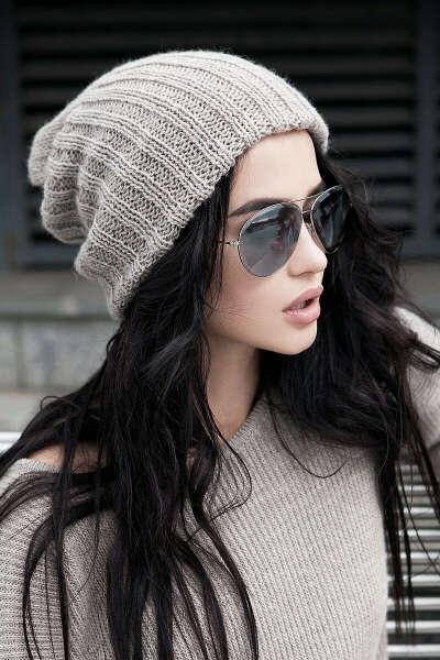 Бежевая вязаная шапка-бини от SL.IRA. Купить стильные дизайнерские Шапки недорого.