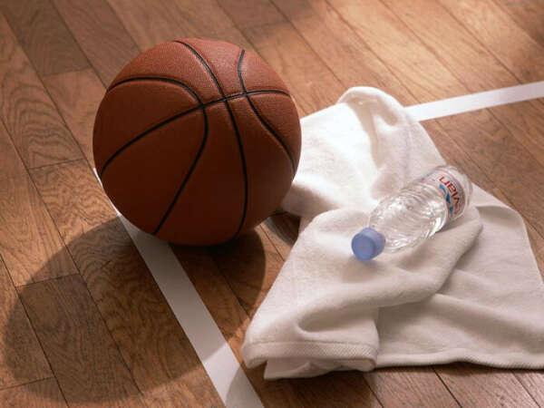 играть в баскетбол