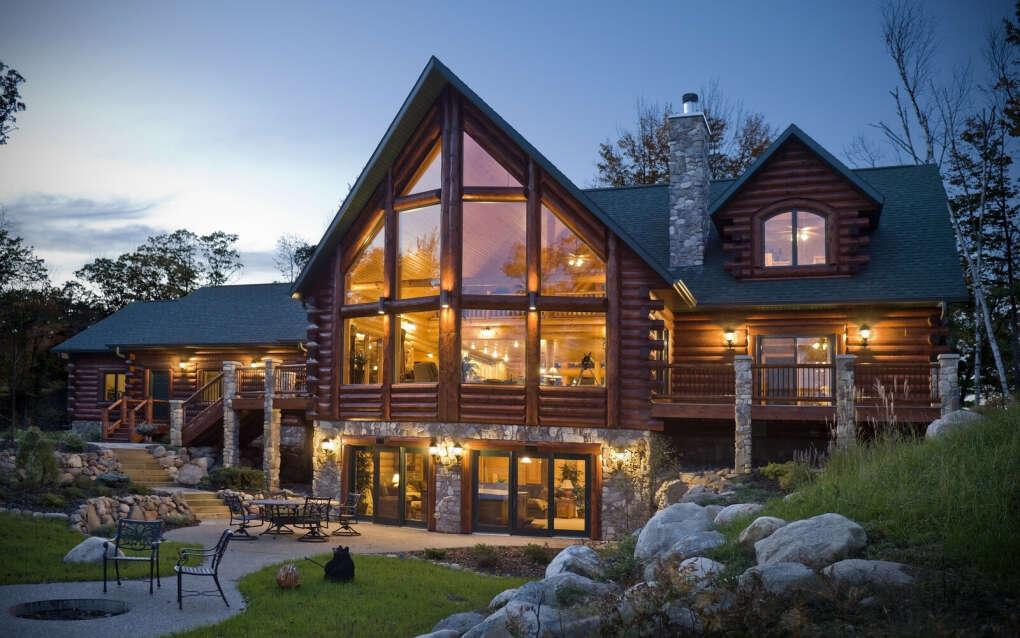 Большой деревянный загородный дом