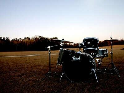 Научиться играть на барабанах.