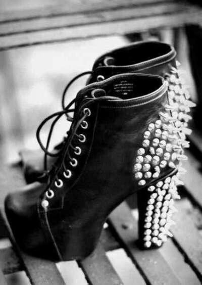 Крутые туфли с шипами