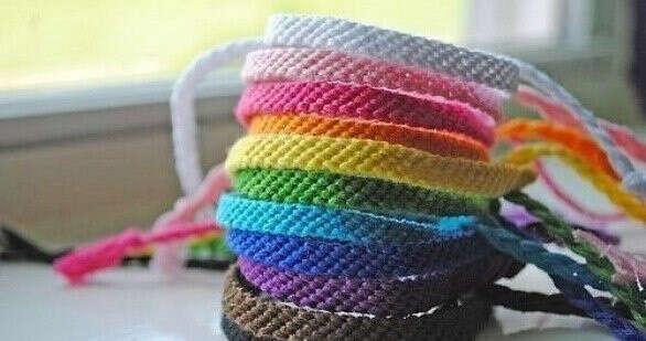 Сплести разноцветные фенечки