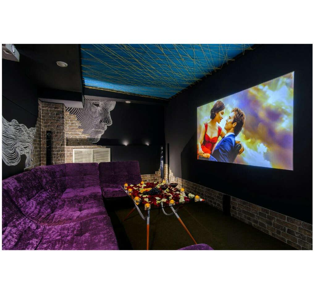 Посетить частный кинотеатр этот или, если есть другие варианты, другой с украшенной комнатой для двоих и большим экраном, выпить там вина или шампанского, вкусненько поесть и посмотреть приятный фильм