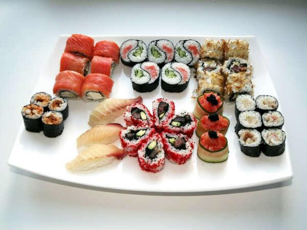 Часто есть суши :)