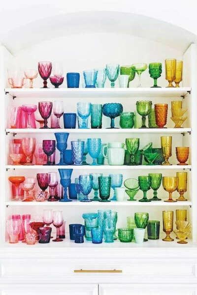 Разноцветные прозрачные бокалы и фужеры