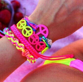 Яркие плетенные браслеты
