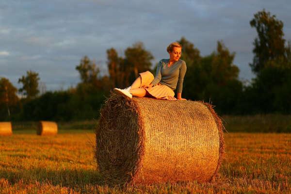 Фотосессия на поле с рулонами сена