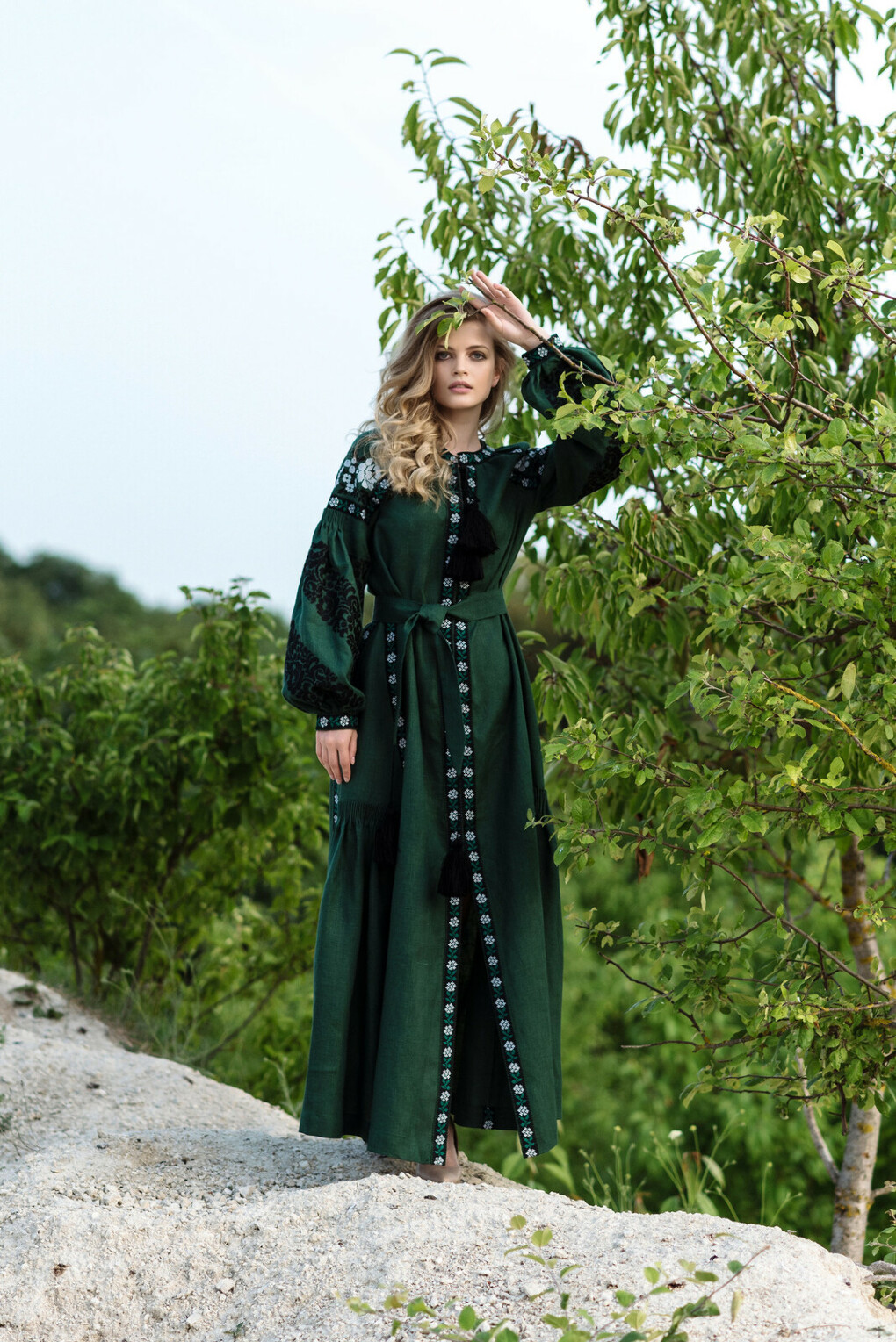 Довга сукня смарагдового кольору з рослинним орнаментом