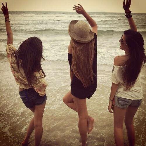 на море с друзьями )