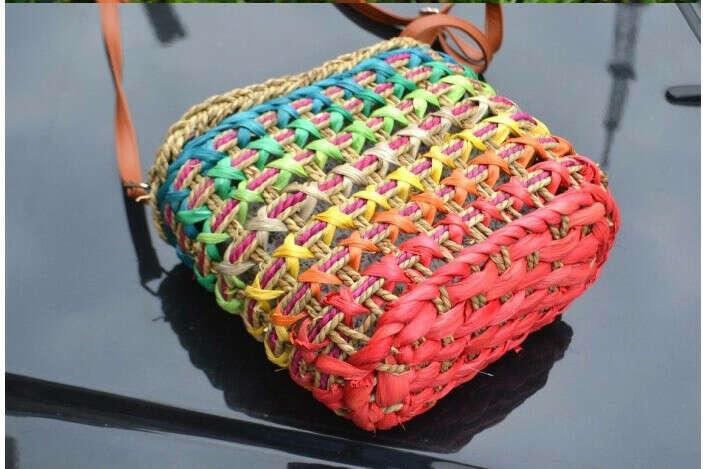 Радужная плетеная сумка