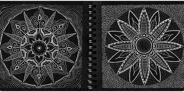 Черный блокнот с белой ручкой