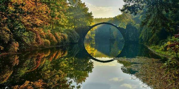 Мост Ракотцбрюке в парке Кромлау немецкого города Габленц