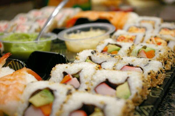 Съесть суши и ролы