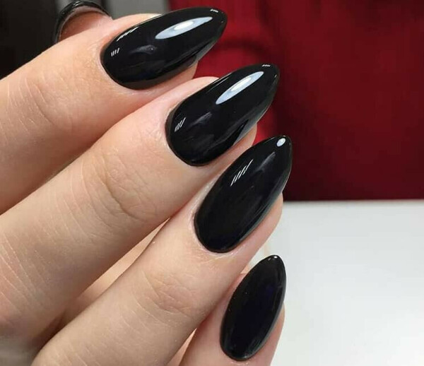 черный лак для ногтей (всегда актуально)