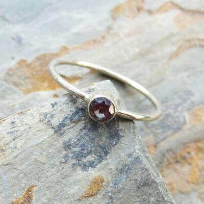 Кольцо с темным или красным камнем
