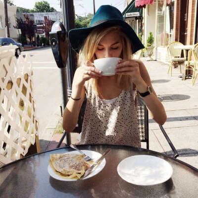 выпить чашку кофе в кафе на улице