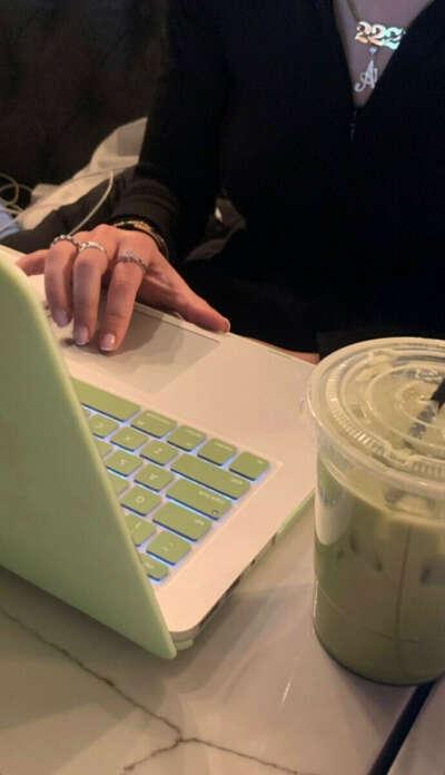 Накладка или наклейки на клавиатуру macbook pro 16 нежно-зелёная или лиловая