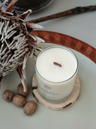 Натуральная свеча из кокосового воска с трескучим фитилем и деревянной подставкой в магазине «KNOT living» на Ламбада-маркете