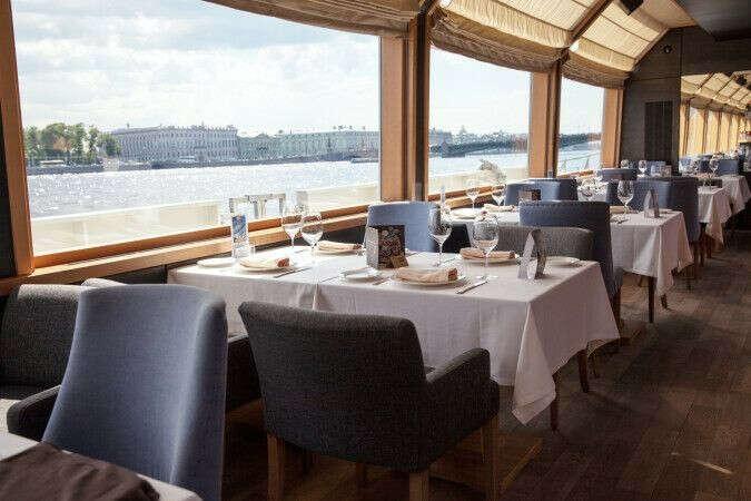Летний долгий ужин в ресторане Volga-Volga